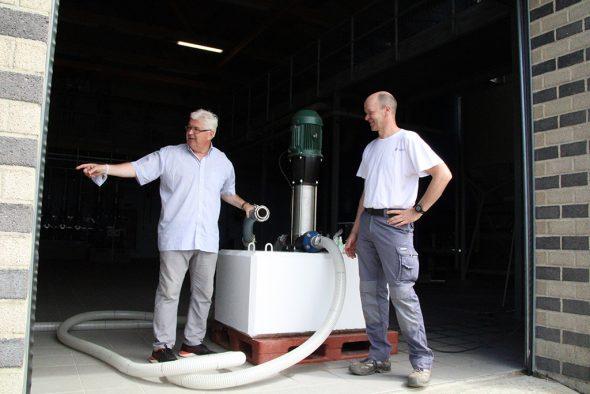 Bütgenbachs 1. Schöffe Charles Servaty und Edgar Mackels, Verantwortlicher des Wasserdienstes der Gemeinde Bütgenbach (Bild: Robin Emonts/BRF)