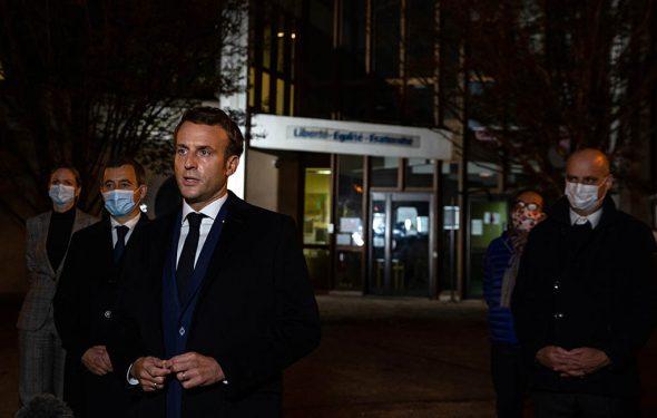 Frankreichs Präsident Emmanuel Macron vor der Schule Conflans Saint-Honorine, an der der getötete Lehrer unterrichtete (Bild: Abdulmonam Eassa/Pool/AFP)