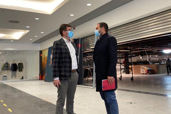 Carrefour-Market-Regionaldirektor Christophe Massart (links) (Bild: Robin Ramjoie/BRF)