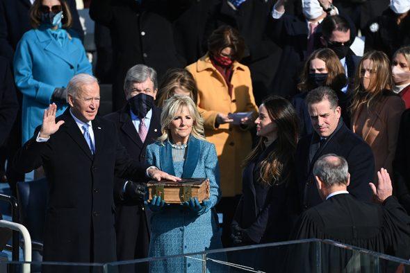 Biden schwor auf eine massive Bibel seiner Familie (Bild: Brendan Smialowski/AFP)