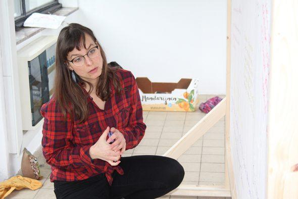 """Shari Ruppert installiert ihr Kunstprojekt """"Unity in Diversity"""" (Bild: Sarah Dederichs/BRF)"""