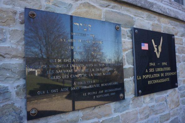 Gedenkplakette für Abbé Marcel Stenne an der Kirche von Stoumont (Bild: Stephan Pesch/BRF)