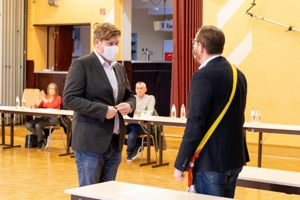 Frederik Wertz als neues Ratsmitglied vereidigt (Bild: Olivier Krickel/BRF)