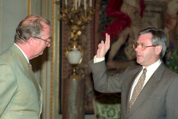 Joseph Maraite leistet den Eid vor König Albert II. (20.6.1995, Bild: Herwig Vergult/Belga)