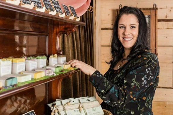Evelyne Keller in ihrem Seifenladen in Schönberg (Bild: privat)
