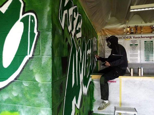Graffiti-Künstler Thomas Hönen hat die Kantine des FC Grün-Weiß Amel neu gestaltet (Bild: privat)