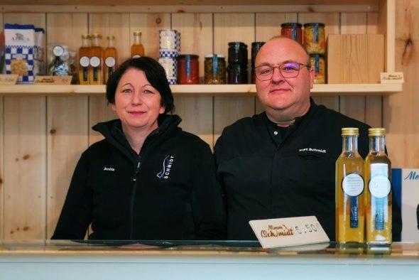 Anita und Kurt Schmidt in ihrem Laden in Büllingen (Bild: Raffaela Schaus/BRF)