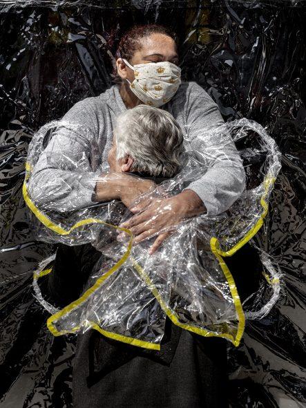 """World Press Photo - Platz eins (Einzelbilder): """"Die erste Umarmung"""" - Mads Nissen"""