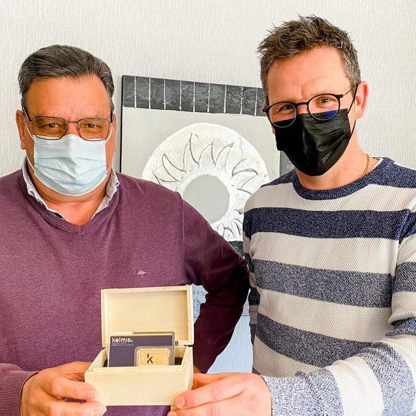 Unternehmer Albert Tychon, der den Goldbarren gesponsert hat, und Schöffe Mirko Braem (Bild: Gemeinde Kelmis)