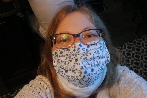 Die Brille in belgischen Farben, die Maske in finnischen: BRF-Kollegin Katrin Büchler am Montagabend (Bild: privat)