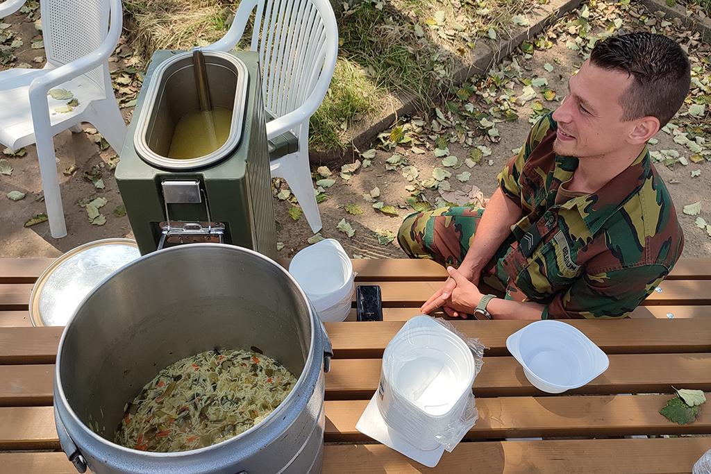 Das Militär verteilt Suppe an alle Betroffenen und Helfer (Bild: Katrin Margraff/BRF)