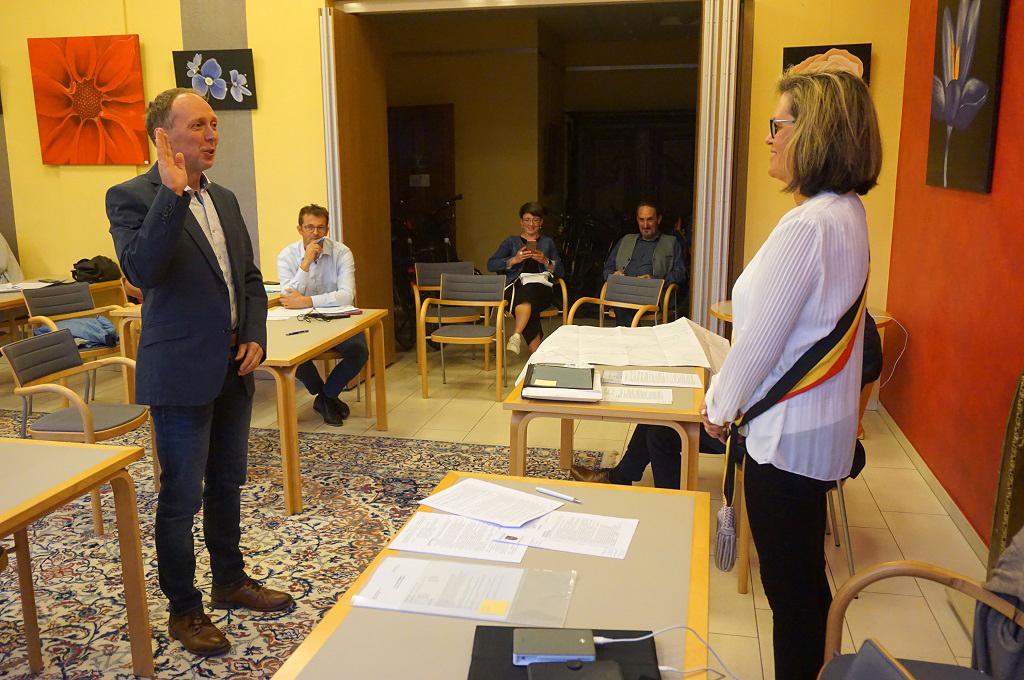 Alain Schür wurde im Reuländer Gemeinderat als neuer Finanzdirektor vereidigt (Bild: Stephan Pesch/BRF)