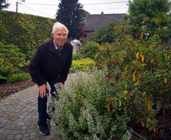Josef Kessel mit einer Calamintha-Pflanze in seinem Garten (Bild: Raffaela Schaus/BRF)
