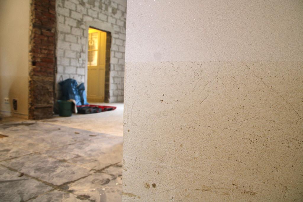 Zwei Monate nach dem Hochwasser steckt Günther Dahlen in seinem Haus in der Eupener Unterstadt noch mitten in den Arbeiten (Bild: Robin Emonts/BRF)