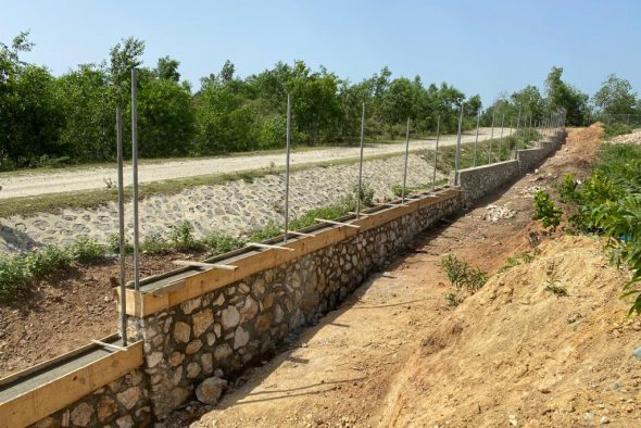 Die Mauer um das Grundstück des landwirtschaftlichen Betriebs (Bild: Angelika Hoffmann)